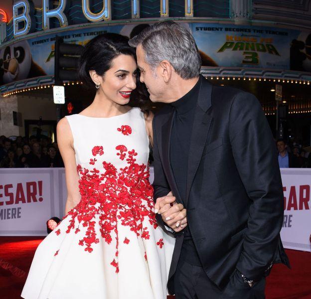 """Amal Clooney fait sensation aux côtés de George à la première de """"Ave, César !"""" le 1er février 2016 à Los Angeles."""
