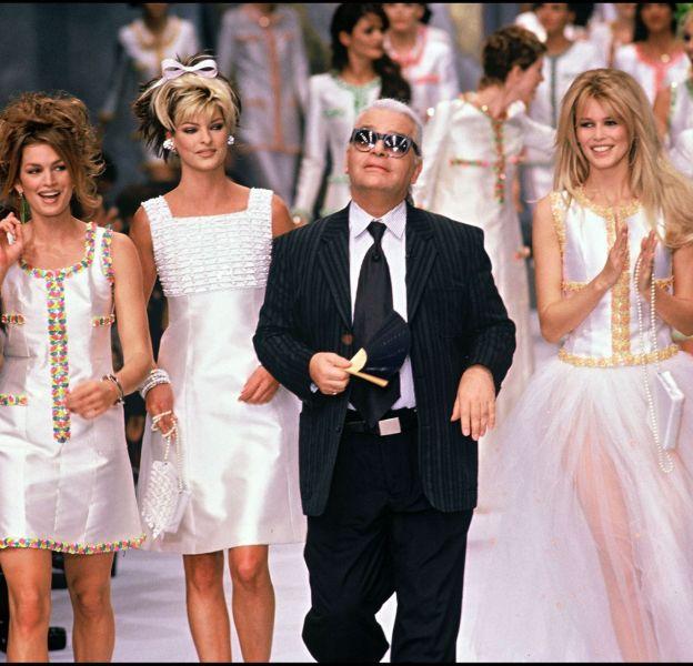 Cindy Crawford, mannequin emblématique des années 90, au défiléa Chanel du Printemps-Été 1996, avec Linda Evangelista, Claudia Schiffer et évidemment, Karl Lagerfeld.