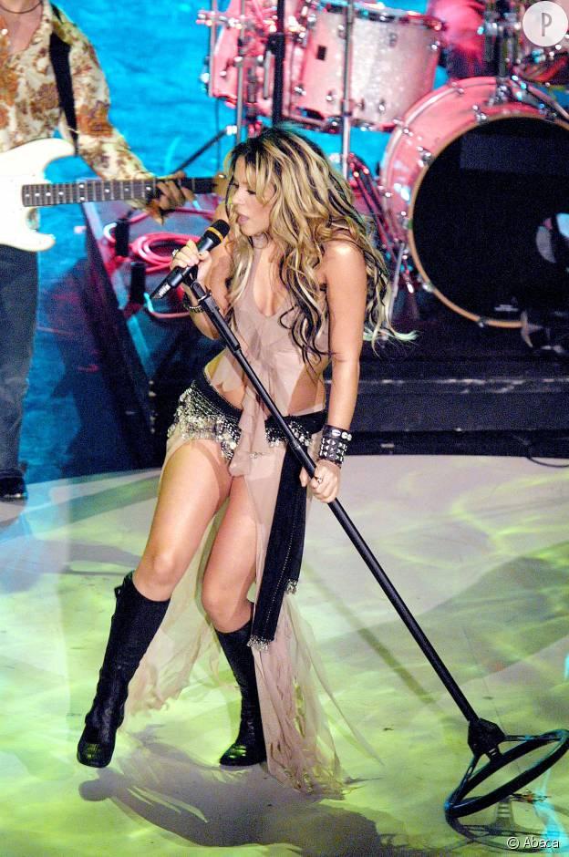 Shakira sexy sur scène en 2002.