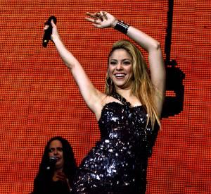 Shakira toute en paillettes sur scène.