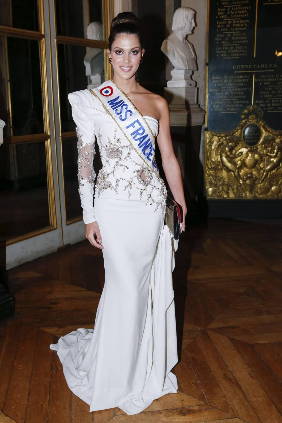 Iris Mittenaere jouant les princesses au château de Versailles.
