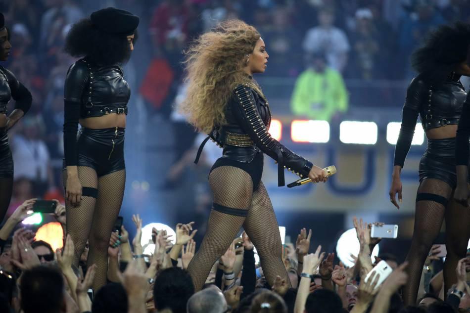 Beyoncé est venue habillée d'un body hommage à la prestation de Michael Jackson en 1993 et avec des danseuses en mode Black Panthers.