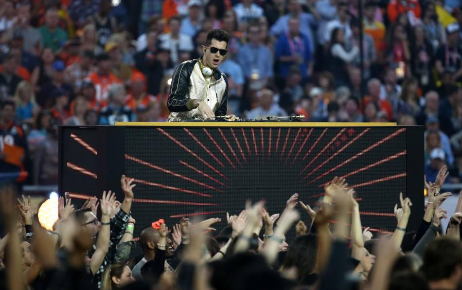 """Mark Ronson est également venu pour accompagner Bruno Mars et son """"Uptown Funk""""."""