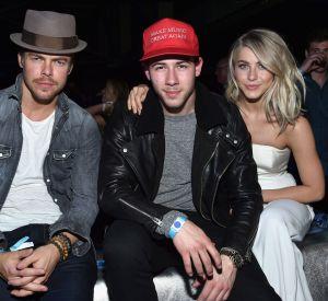Derek Hough, Nick Jonas et Julianne Hough lors de la soirée DirectTV Super Saturday Night du Super Bowl.