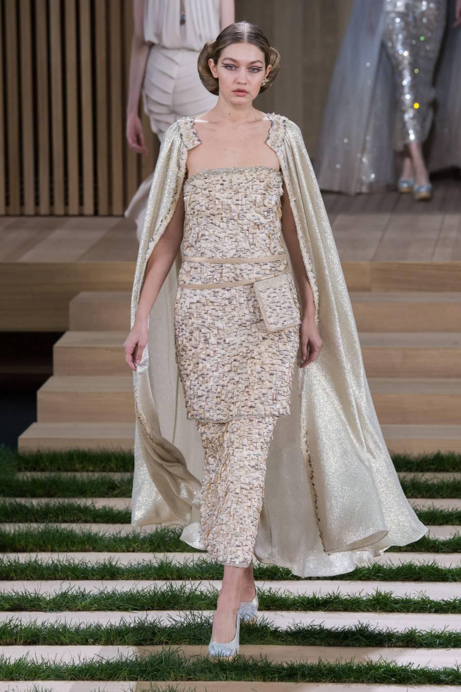 Gigi Hadid pour le défilé Chanel Haute Couture Printemps-Été 2016.