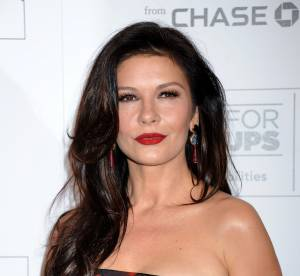 Catherine Zeta-Jones : femme fatale, elle incendie le red carpet en bustier