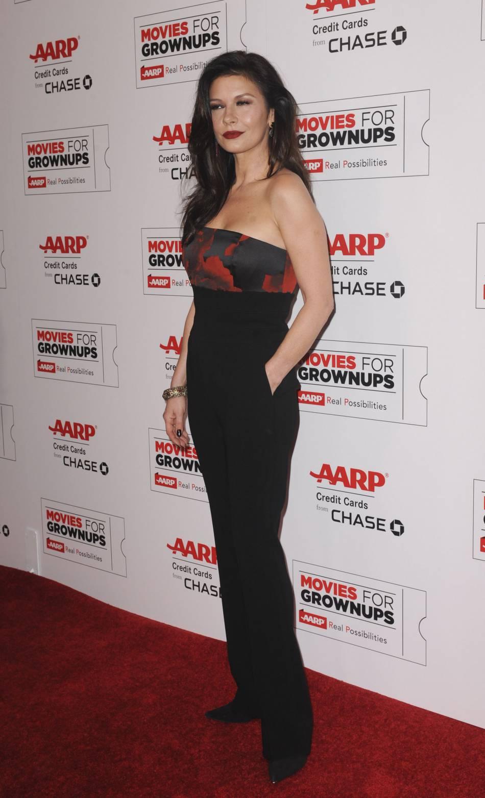 Catherine Zeta-Jones nous en a mis plein la vue dans une combinaison pantalon bustier noir et rouge.