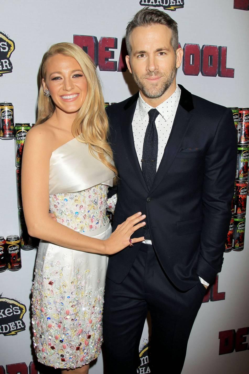 """Blake Lively et Ryan Reynolds, couple glamour sur le tapis rouge à l'occasion de la sortie prochaine de """"Deadpool""""."""