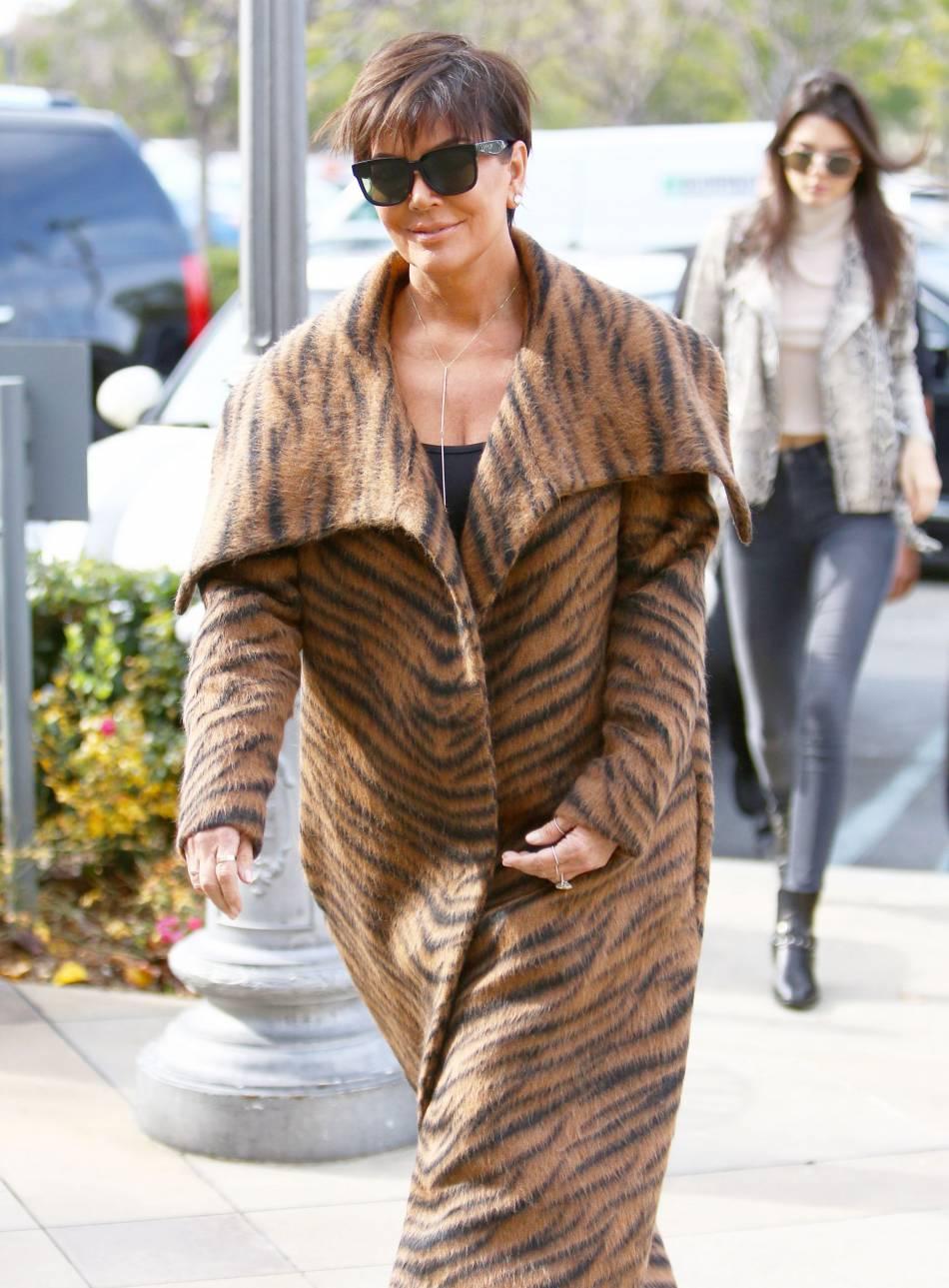 Kris Jenner fait tomber ses vêtements pour le  Harper's Bazaar .