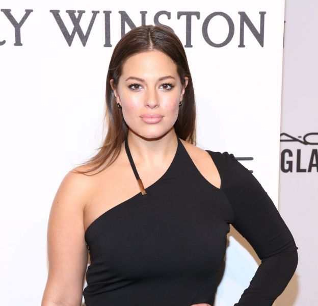 Ashley Graham prend la pose en bikini dans le Swimsuit Issue de Sports Illustrated.