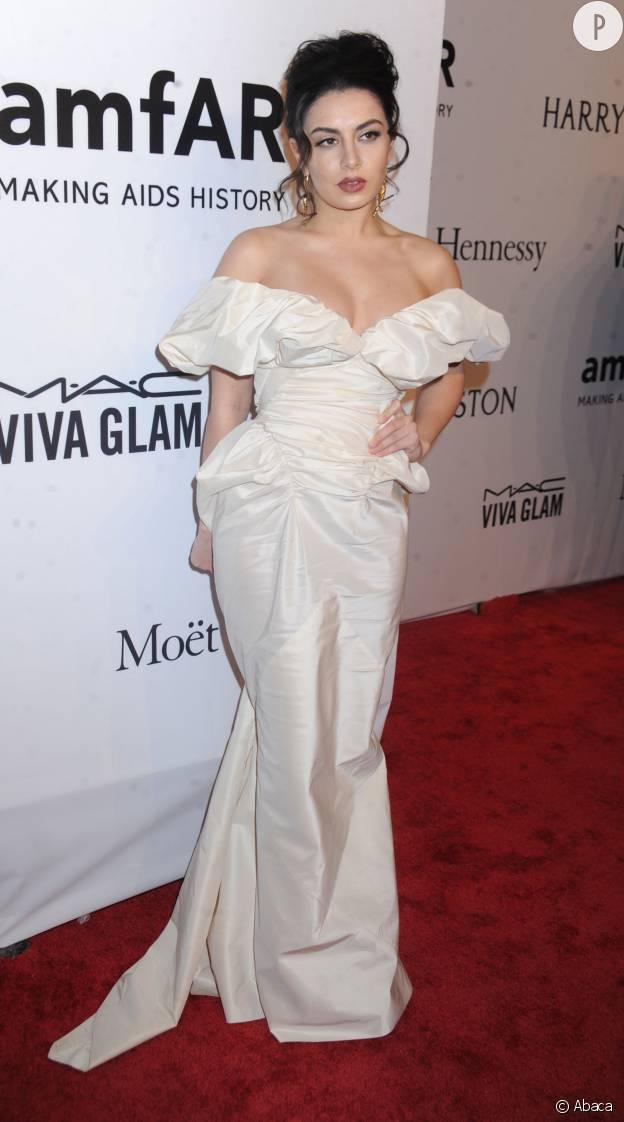 amfAR : la chanteuse Charli XCX et sa robe de bal de promo.