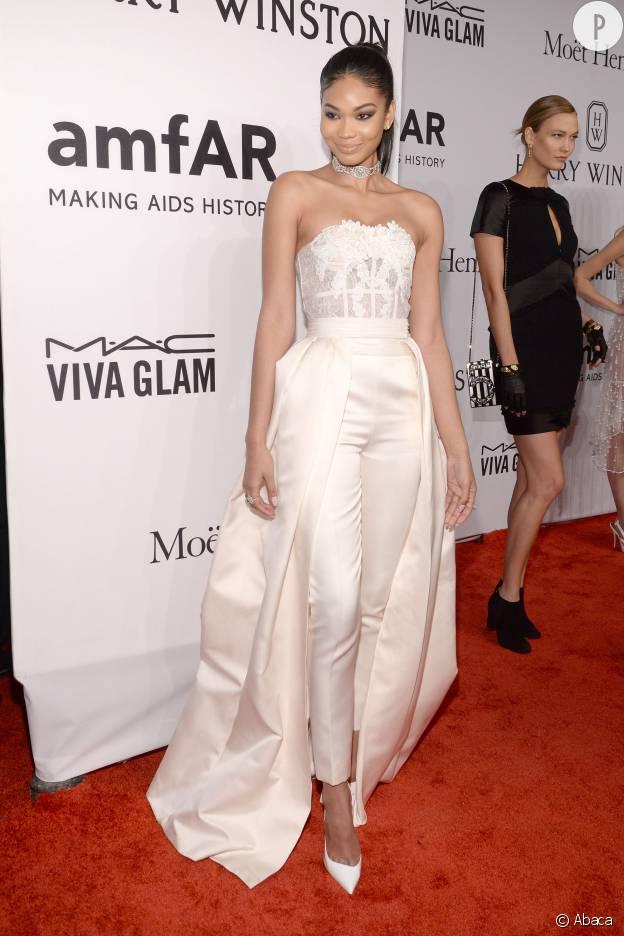 Chanel Iman et son pantalon crème au gala de l'amfAR.