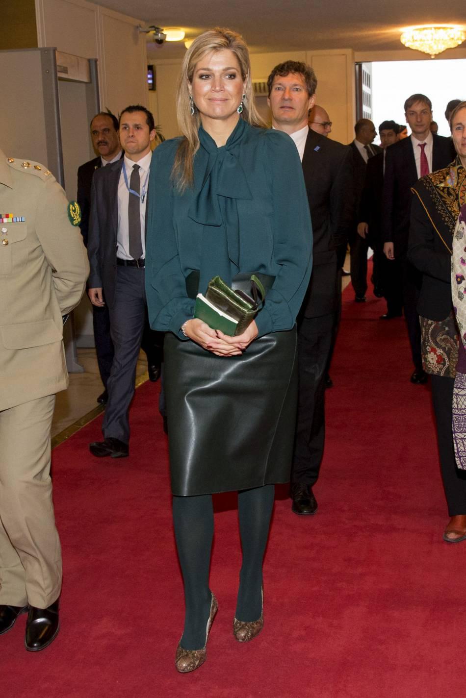 La reine Maxima a adopé des collants opaques verts. MAIS POURQUOI ?!