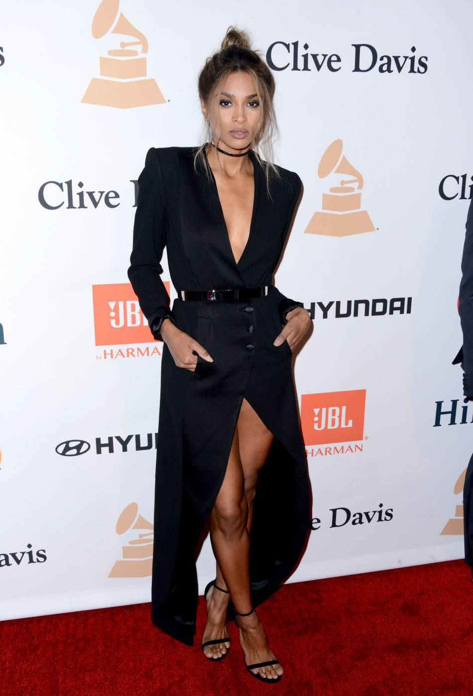 Ciara toujours plus sexy dans une robe blazer oversized.