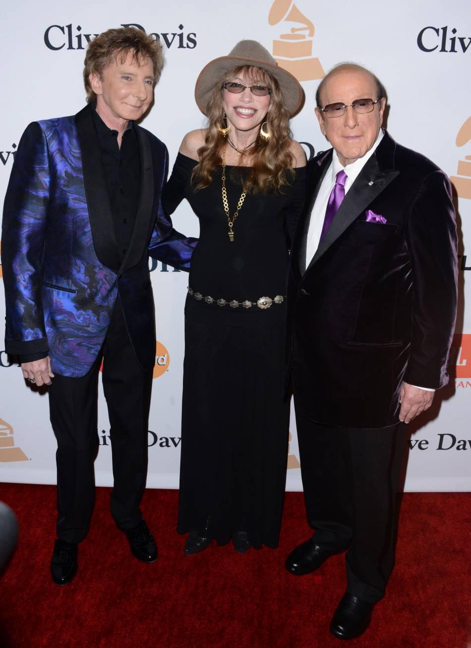 """Carly Simon entourée de Barry Manilow et Clive Davis au gala """"Pre-GRAMMY and Salute to Industry Icons honoring Irving Azoff"""" au Beverly Hilton Hotel à Los Angeles le 14 février 2016."""