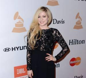 Avril Lavigne mise sur une valeur sûre, la robe en dentelle noire.