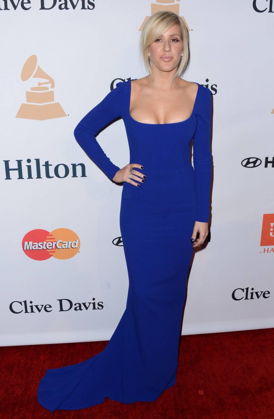 """Ellie Goulding ultra élégante dans sa robe bleu électrique au gala """"Pre-GRAMMY and Salute to Industry Icons honoring Irving Azoff"""" au Beverly Hilton Hotel à Los Angeles le 14 février 2016."""