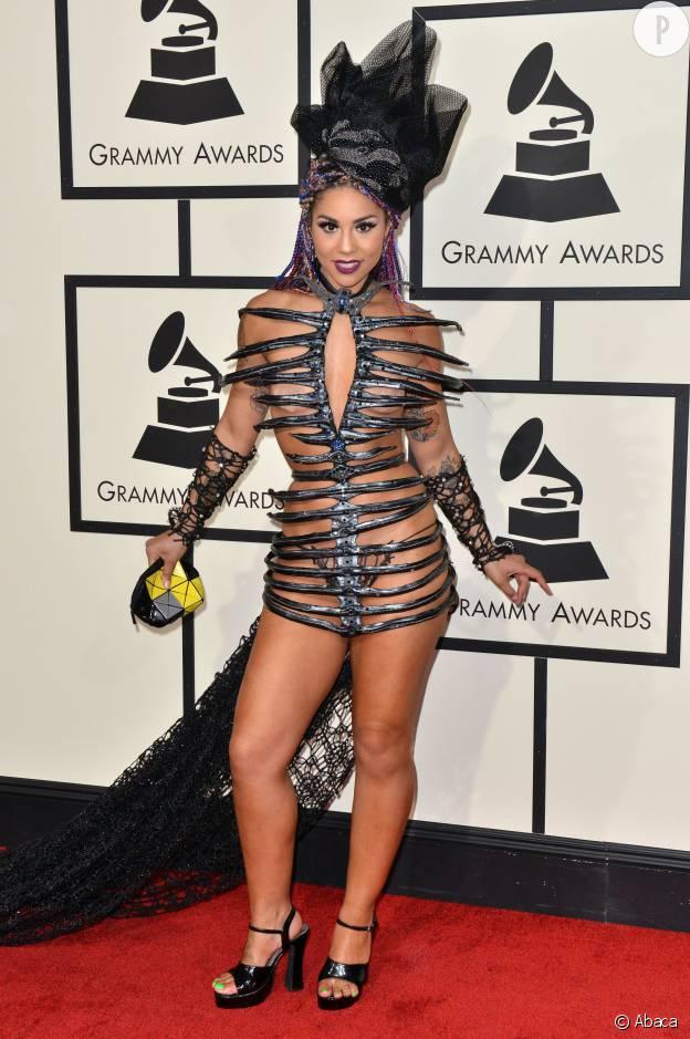 tenue de pute femme nue sous sa robe