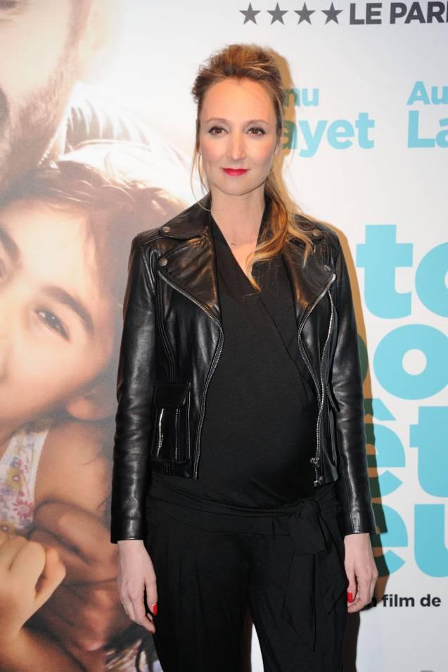 """Audrey Lamy, une future maman rock'n'roll à l'avant-première de son nouveau film, """"Tout pour être heureux"""" le 4 avril 2016 à Paris."""