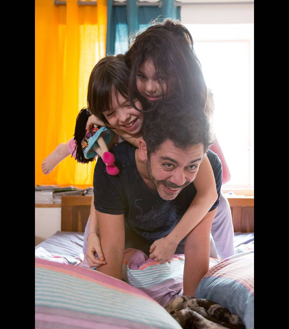 Jusqu'alors peu investi dans la vie de ses filles, Antoine devient un père à part entière.