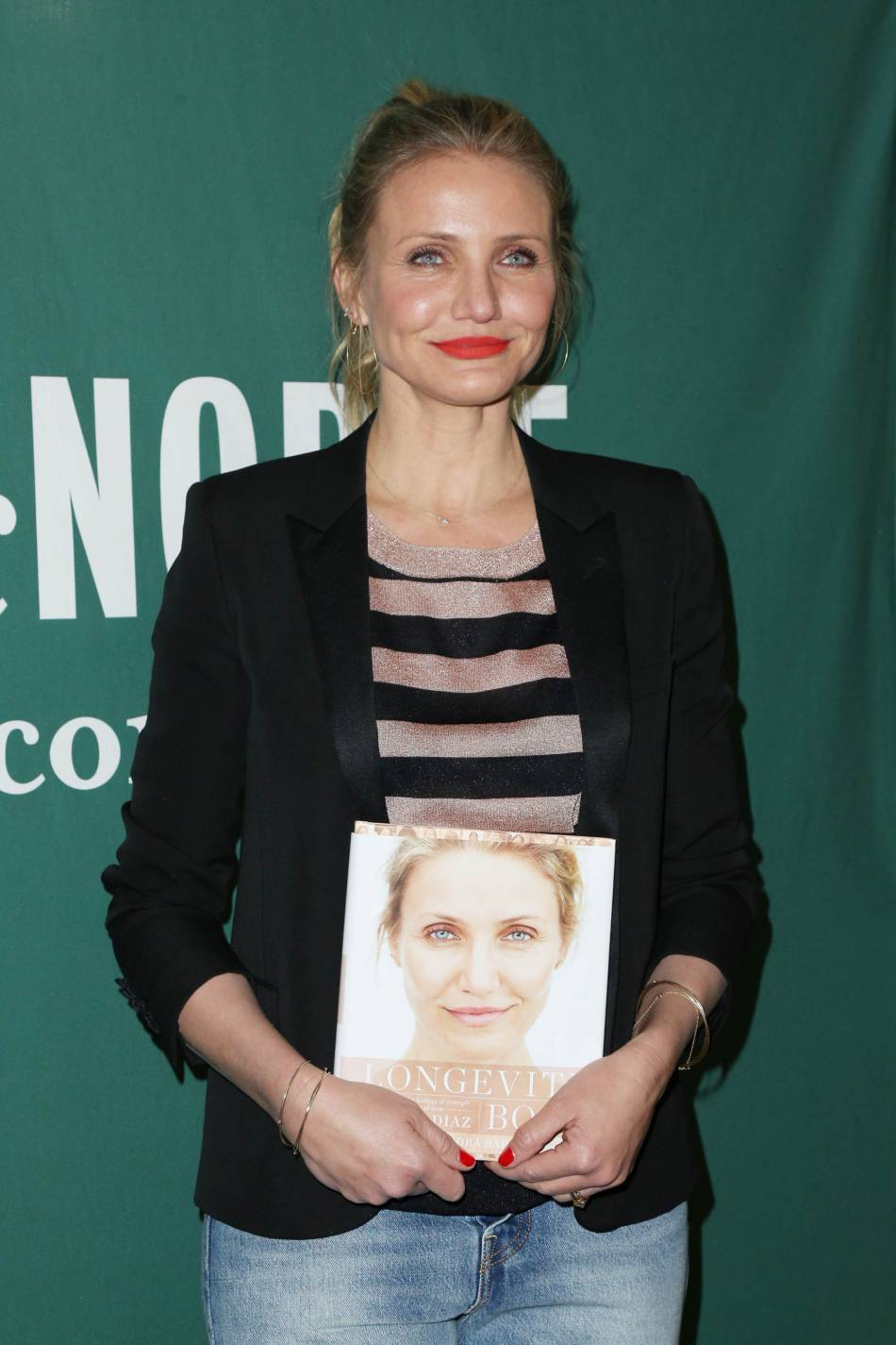 """Cameron Diaz assure la promo de son livre""""The Body Book : The Law of Hunger, the Science of Strength, and Other Ways to Love Your Amazing Body"""" à New York le 6 avril 2016."""