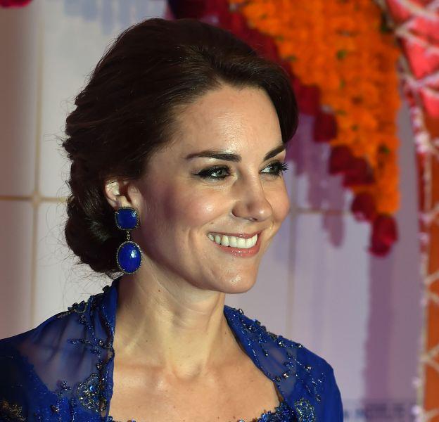 Kate Middleton, souriante mais peut-être un peu triste de ne pas avoir pu partager ce moment Bollywood avec ses enfants. Ils auraient sans doute aimé les danseurs !