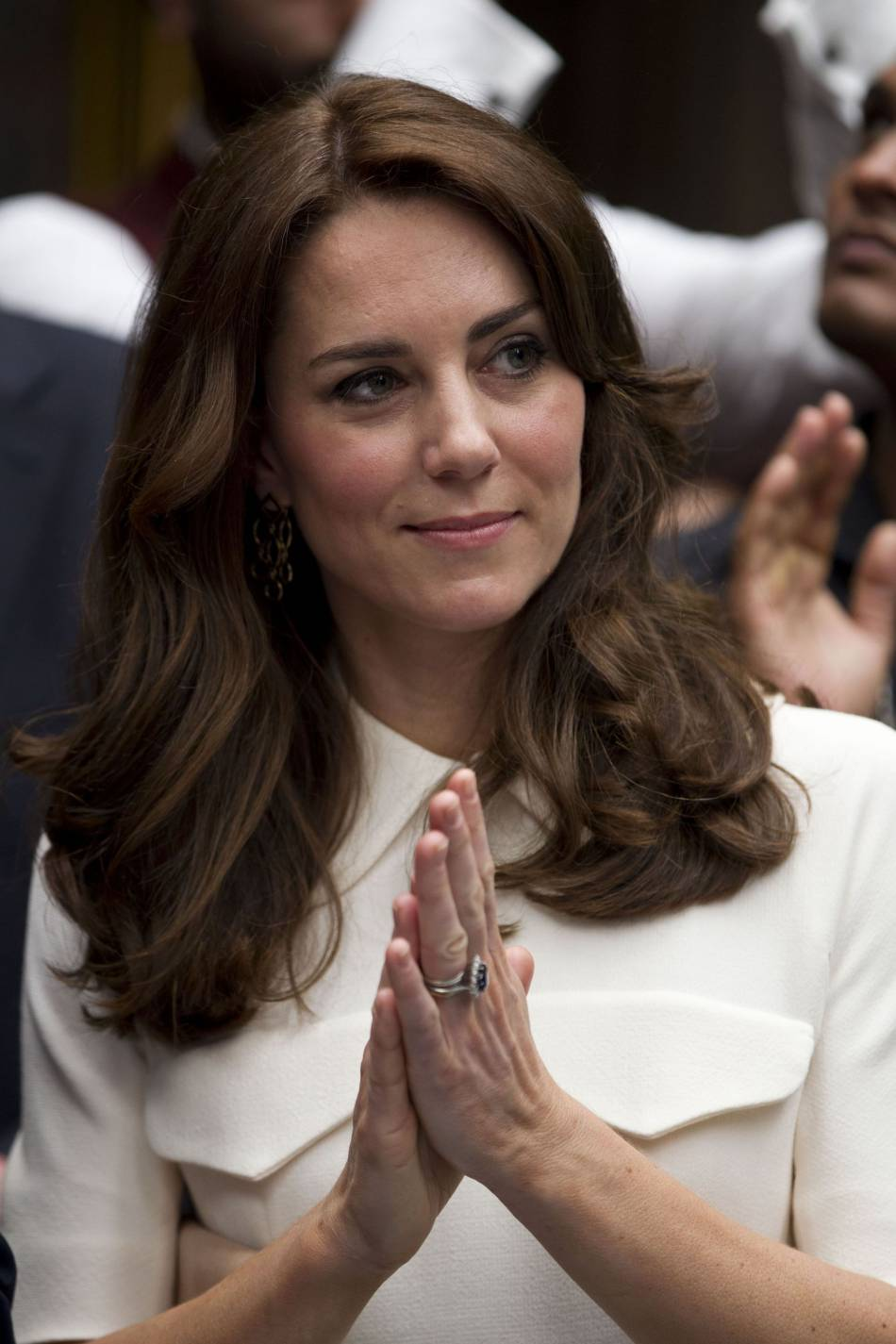 Kate Middleton arbore un superbe brushing et sa bague de fiançailles toujours aussi belle !
