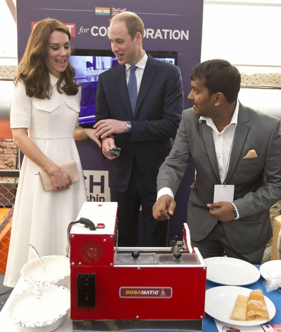 Kate Middleton et le prince William ont testé une machine à faire les crêpes. Ils ont bien rigolé mais Kate n'a pas voulu goûter la crêpe de Will !