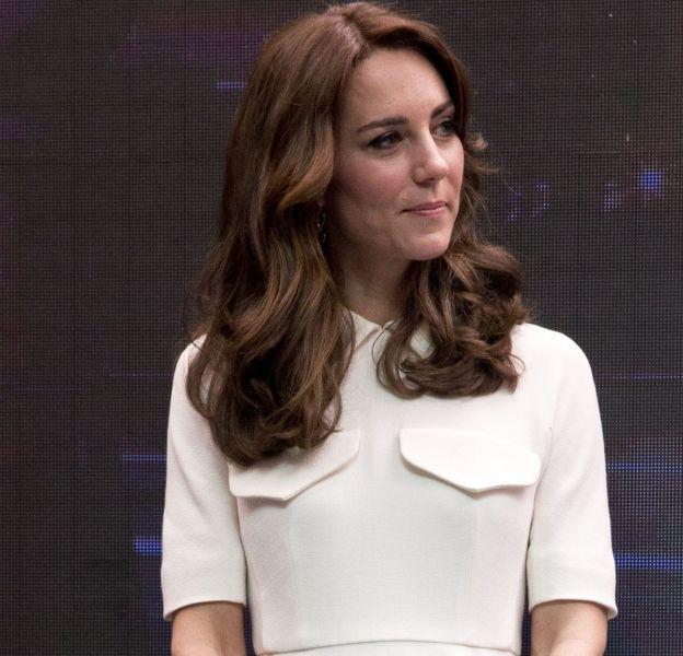 Kate Middleton, petite fille modèle en robe blanche à poches plates pour une sortie à Mumbai.