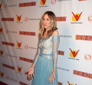 Sarah Jessica Parker fait dans l'originalité et opte pour une robe de princesse bleu azurin.