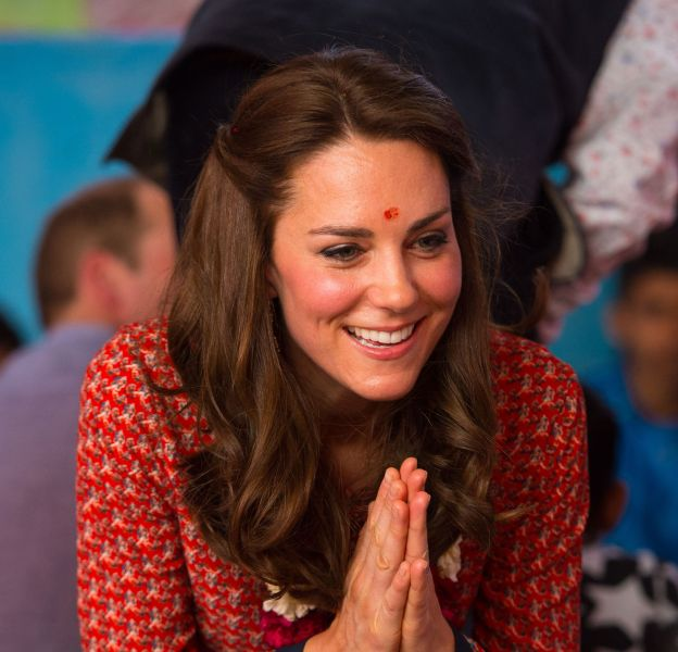 Bindi sur le front, Kate Middleton est allée à la rencontre des enfants défavorisés de New Delhi.