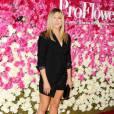 """Jennifer Aniston affichait aussi ses belles jambes pour la première du film """"Mother's day"""" à Los Angeles."""