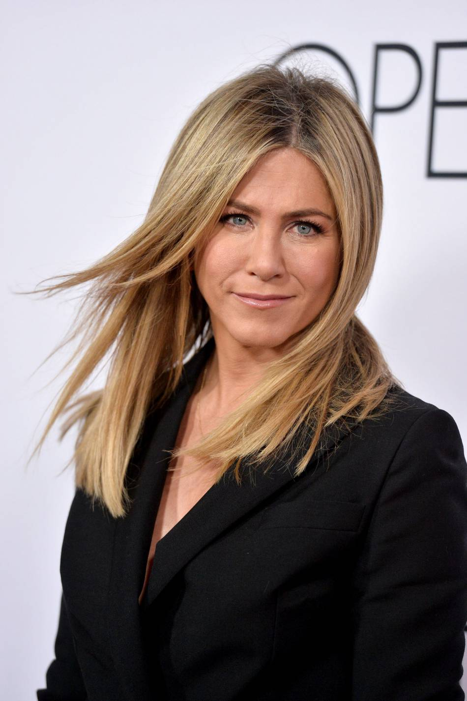 """Jennifer Aniston misait sur le blazer efficace et décolleté sensuel pour la première du film """"Mother's day"""" à Los Angeles."""