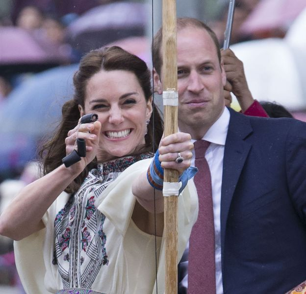 Kate Middleton s'est essayée au tir à l'arc, sous le regard amusé de son mari le prince William.