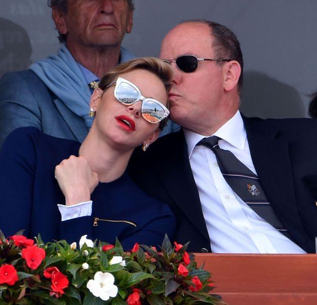 Charlène de Monaco et le prince Albert : instant câlin dans les tribunes des Monte-Carlo Rolex Masters, le 17 avril 2016.