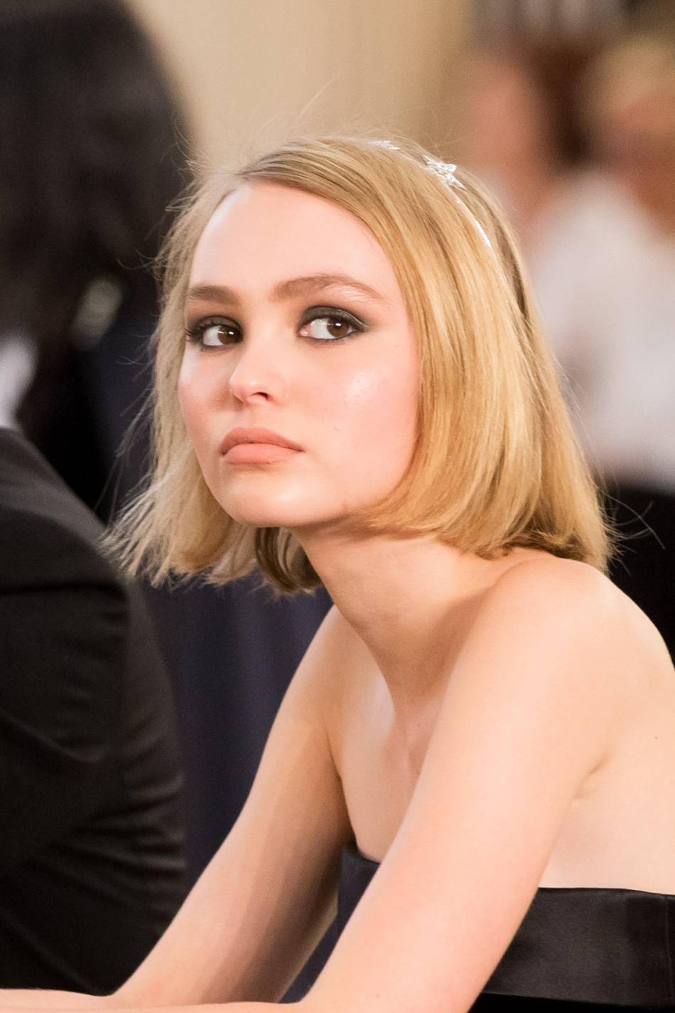 Lily-Rose Depp affiche son impertinence et sa sensualité pour un nouveau shooting.
