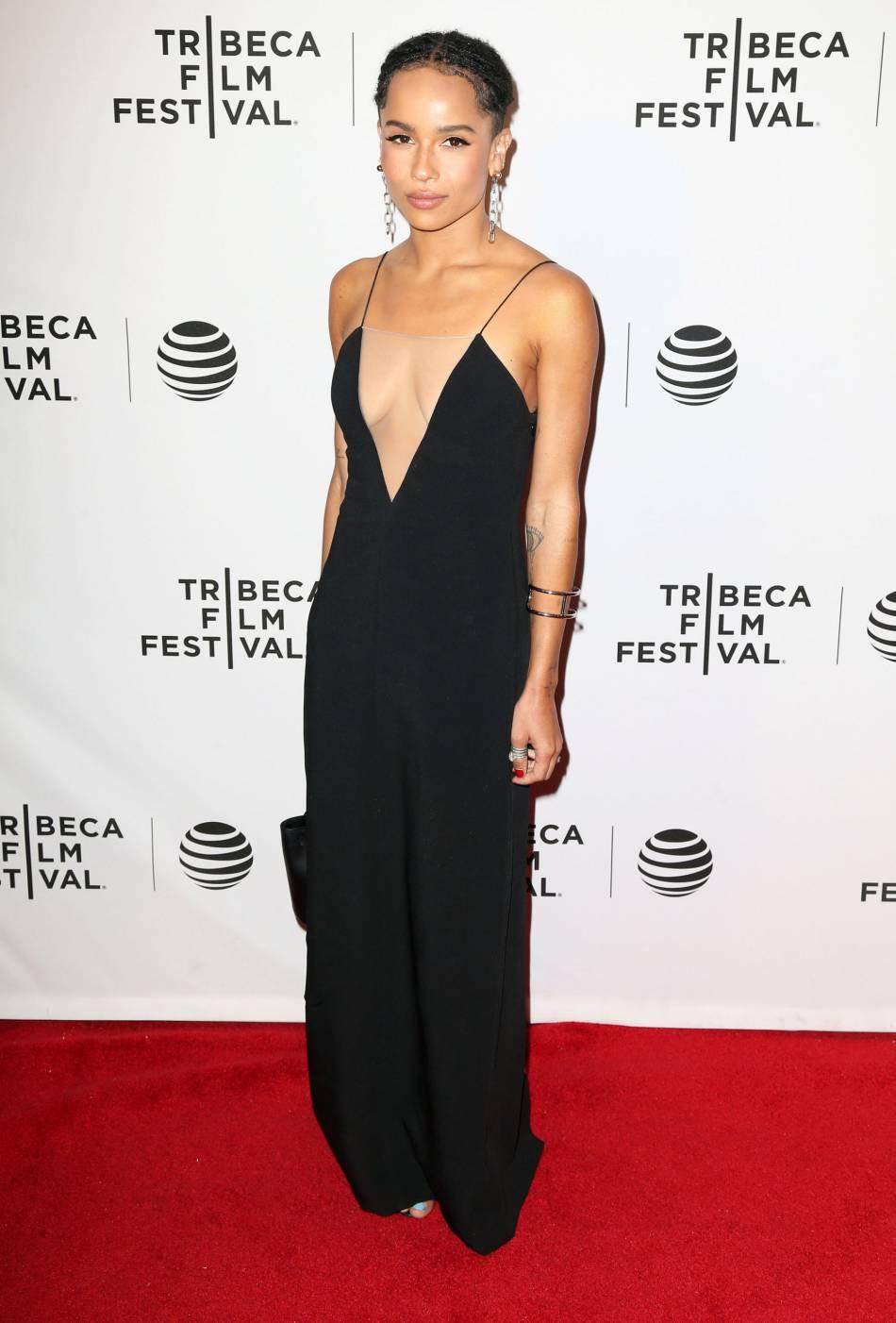 Zoë Kravitz opte pour un robe glamour signée Andrew Mukamal.