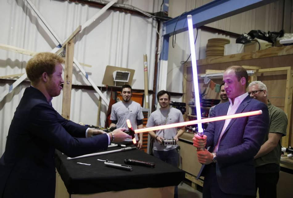 """Le prince William et le prince Harry ont fait le show dans les coulisses du tournage de """"Star Wars 8""""."""
