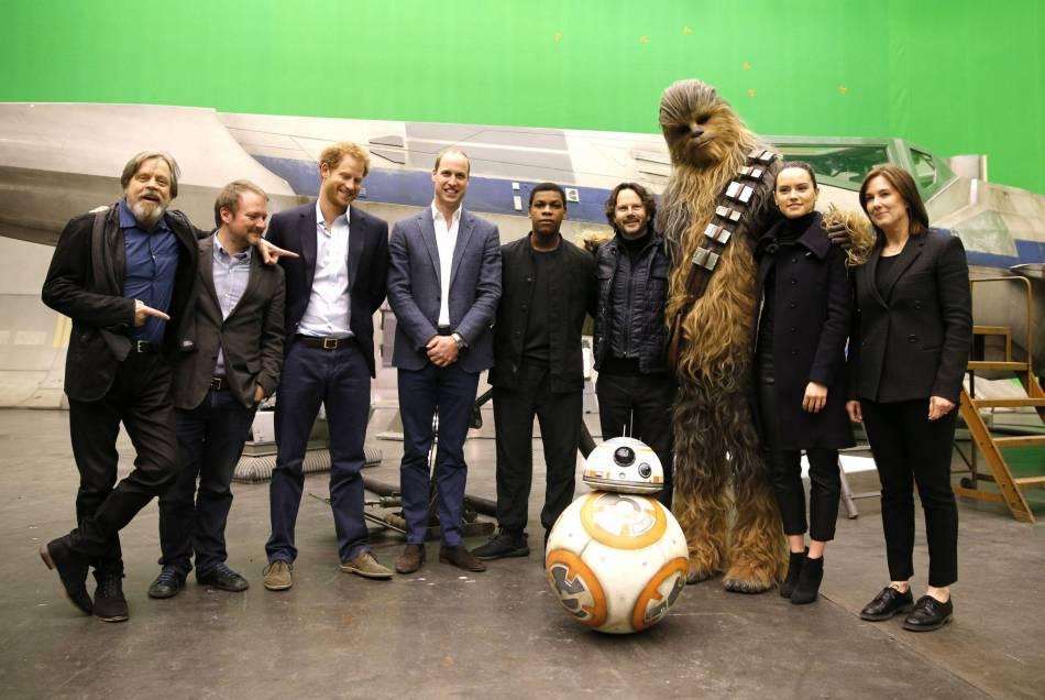 """Le prince William et le prince Harry ont rencontré les équipes techniques et une partie du casting de ce """"Star Wars 8""""."""