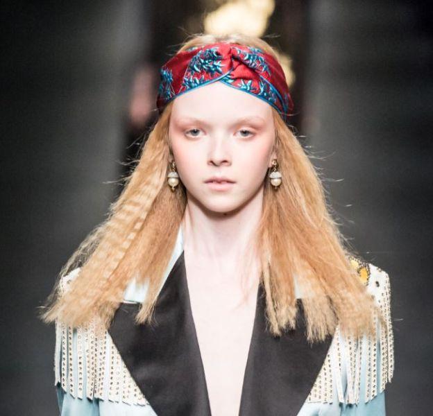 Chez Gucci, la gaufre se porte discrètement glissée sous un bandeau hippie chic.