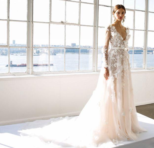 Cette robe Marchesa possède un décolleté époustouflant.