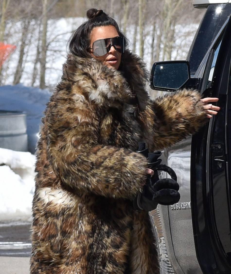 Kim Kardashian se dévoile lookée comme sa petite fille le temps d'un selfie.