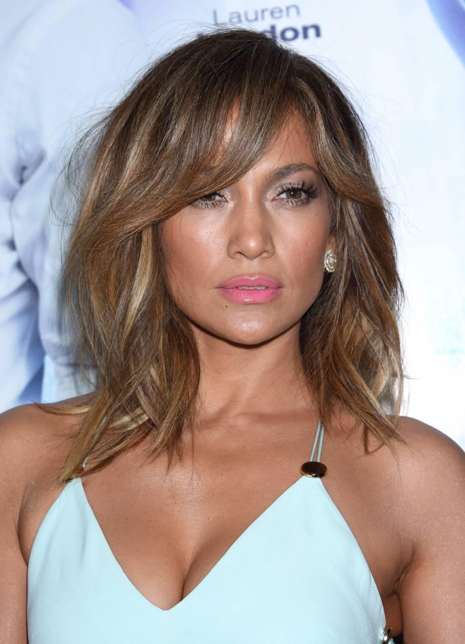 Jennifer Lopez dévoile son décolleté XXL et affole la Toile.
