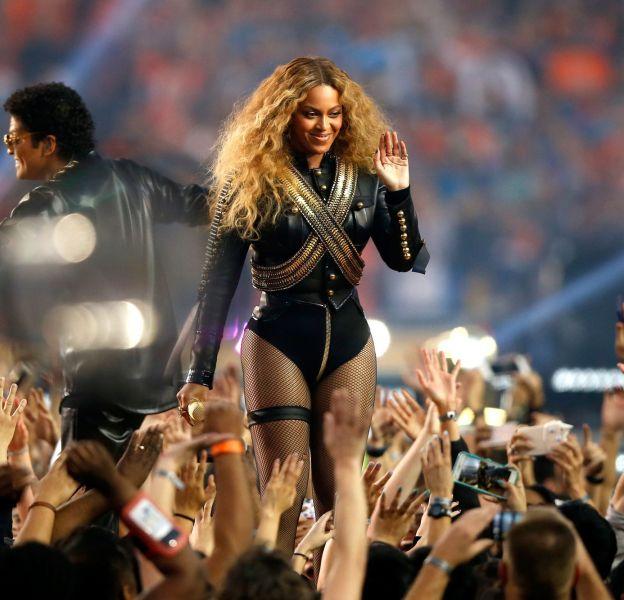 Pour le Super Bowl, Beyoncé a fait une performance fracassante et très stylée.