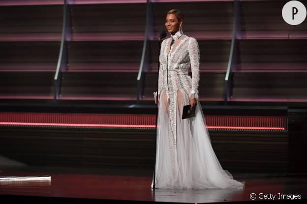 En robe de gala, Beyoncé ose tout pour les Grammy Awards 2016.