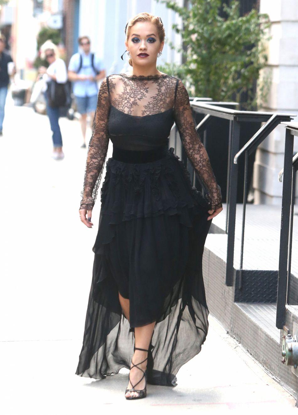 Rita Ora signe un maquillage très soir.