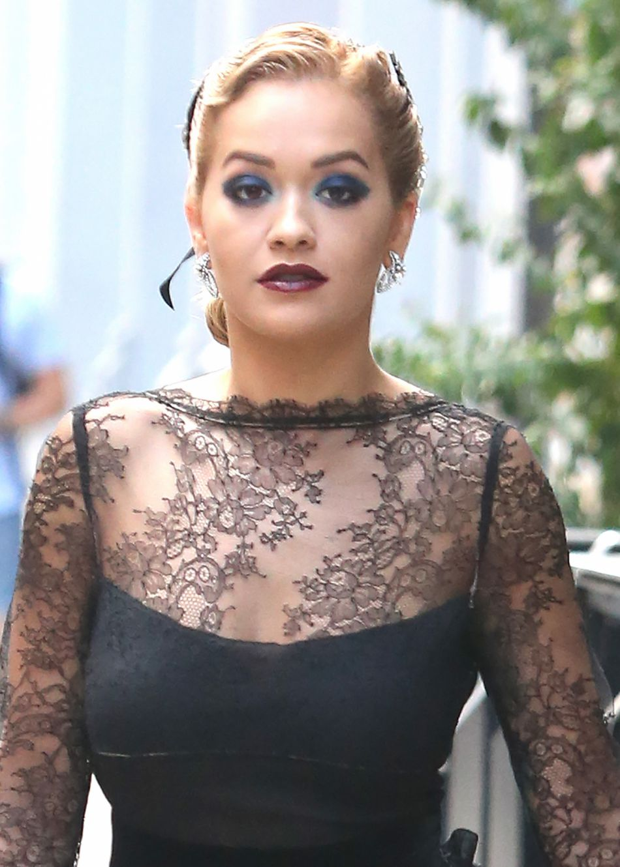 Rita Ora arbore une tenue de soirée en pleine journée.