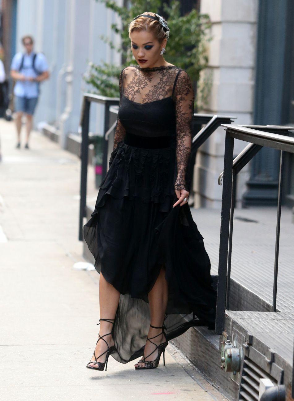 Rita Ora semble en léger décalage avec le moment de la journée.