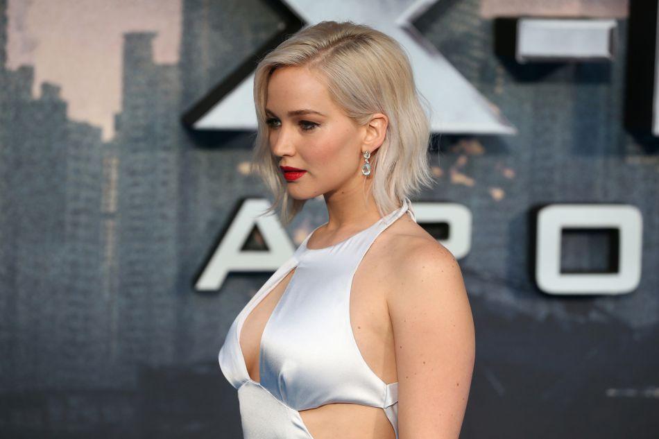 Jennifer Lawrence affiche son blond polaire sur un carré court.