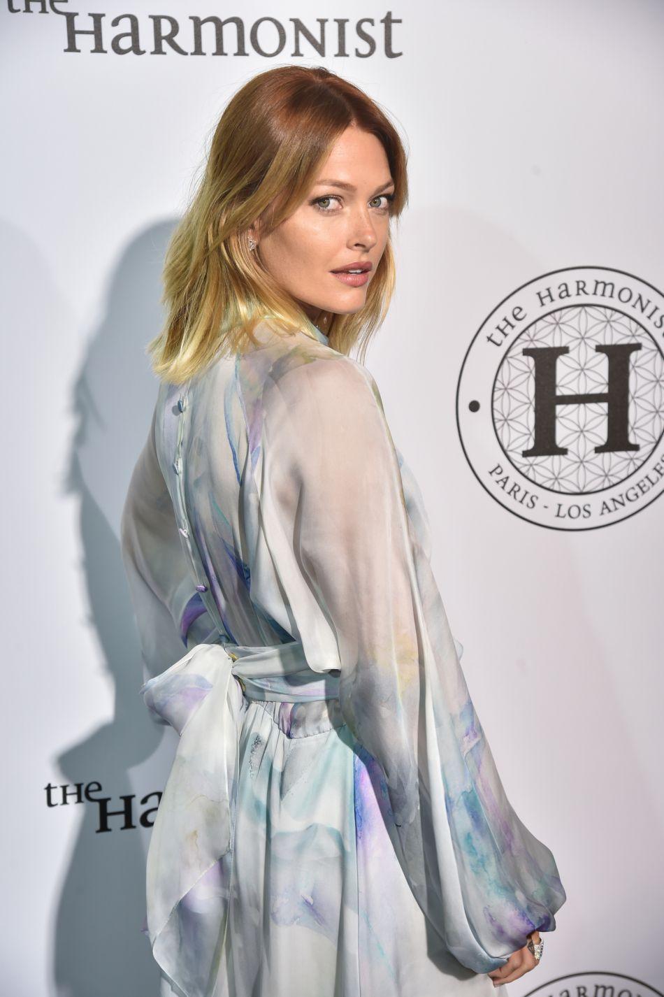 Caroline Receveur fait monter la température à Marrakech avec son une pièce épousant parfaitement ses courbes de rêve.